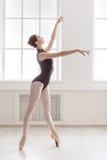 Piękni balerina stojaki na pointe, baletnicza pozycja Obraz Stock
