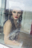 Piękni dam spojrzenia przez okno Obraz Royalty Free