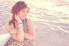 Piękni dziewczyn spojrzenia wistfully zdjęcie stock