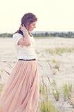 Piękni dziewczyn spojrzenia wistfully fotografia stock