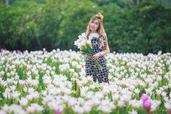 Piękni dziewczyny mienia bukieta kwiaty Portret w natury polu Zdjęcia Stock