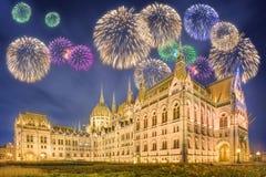 Piękni fajerwerki nad hungarian parlament Zdjęcie Royalty Free