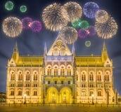 Piękni fajerwerki nad hungarian parlament Zdjęcia Royalty Free