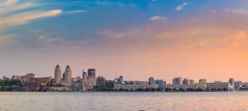 Piękni i biurowi drapacze chmur, noc widoku miasto buduje Dnipro Ukraina Obraz Royalty Free