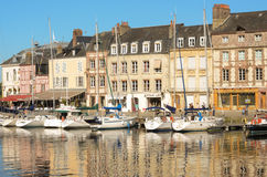 Piękni jachty przy Honfleur schronieniem starym miastem i Obraz Stock