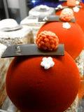 Piękni jaskrawi torty przy Eliseevskiy sklepem w St Petersburg fotografia royalty free