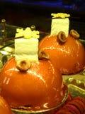 Piękni jaskrawi torty przy Eliseevskiy sklepem w St Petersburg obrazy stock