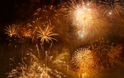 pi?kni kolorowi fajerwerki przy nowego roku i kopii przestrzeni? - abstrakcjonistyczny wakacyjny t?o obrazy stock