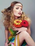 piękni kolorowi kwiatów chwytów kobiety potomstwa Fotografia Stock
