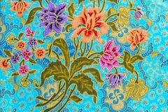 Piękni kolorowi kwiaty na batikowym tle Fotografia Stock