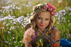 piękni kwiatów dziewczyny potomstwa Obrazy Royalty Free