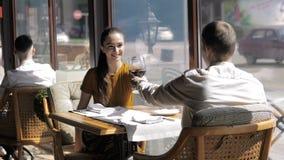 Pi?kni potomstwa dobieraj? si? z szk?ami czerwone wino w luksusowej restauraci zdjęcie wideo