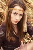 Piękni seksowni dziewczyna hipisi siedzi w suchej trawie zdjęcia royalty free