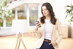 piękni telefon komórkowy kobiety potomstwa Obraz Royalty Free