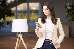 piękni telefon komórkowy kobiety potomstwa Zdjęcie Royalty Free