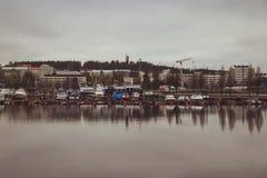 Pi?kni widoki jezioro, domy, brzoza i lasowy Fi?ski krajobraz, Jeziora i doliny Lato widok Karelia obrazy stock