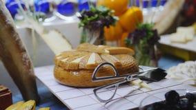 Pi?knie dekoruj?cy bufet Rozmaitość jedzenie pięknie dekorował na bufecie w hotelowej restauracji dyferencja zdjęcie wideo
