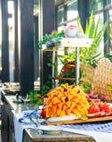 Pięknie pokrojona owoc ustawia na stole w kawiarni na ulicie Obrazy Royalty Free