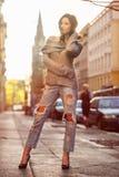 Piękno brunetka pozuje na miasto ulicie przy zmierzchu czasem Zdjęcia Stock