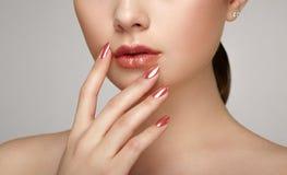 Piękno brunetki kobieta z perfect makeup Zdjęcia Stock