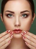 Piękno brunetki kobieta z perfect makeup Zdjęcie Royalty Free