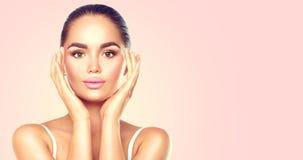 Piękno brunetki zdroju kobieta dotyka jej twarz Skincare Obrazy Royalty Free