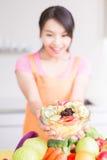 Piękno gospodyni domowa w kuchni Zdjęcia Royalty Free