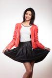 Piękno kobieta w czerwonej kurtce Zdjęcia Royalty Free