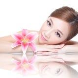 Piękno kobiety twarz z kwiatem Fotografia Stock
