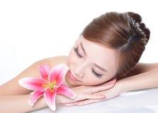 Piękno kobiety twarz z kwiatem Zdjęcia Royalty Free