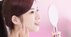 Piękno kobiety wp8lywy lustro Zdjęcie Royalty Free