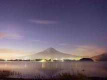 Piękno nocy krajobrazu widok od Kawaguchi jeziora z niebem i fuj Obrazy Stock