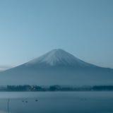 Piękno nocy krajobrazu widok od Kawaguchi jeziora z niebem i fuj Fotografia Stock