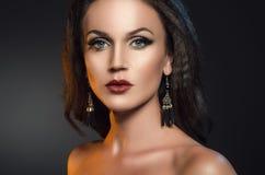 Piękno portret atrakcyjna brunetki kobieta na ciemnym popielatym tle Zdjęcia Royalty Free