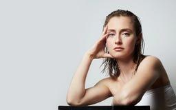 Pi?kno portret ?liczna m?oda toples kobieta z naturalnym makeup nad bia?ym t?em Kosmetologia i reklama fotografia royalty free