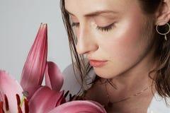 Pi?kno portret ?liczna m?oda toples kobieta z naturalnym makeup nad bia?ym t?em Kosmetologia i reklama obrazy stock