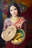 Pi?kno s?odka istna indyjska dziewczyna w sari ono u?miecha si? rozochocony, bi?uterii ja?nienie, styl ?ycia poj?cia ludzie obraz royalty free