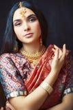 Pi?kno s?odka istna indyjska dziewczyna w sari ono u?miecha si? rozochocony, bi?uterii ja?nienie, styl ?ycia poj?cia ludzie zdjęcie royalty free