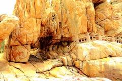 Piękno sceneria Skalisty brzeg i góry na Meizhou wyspie Obraz Royalty Free