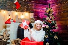 Pi?kno Wzorcowa dziewczyna w Santa kapeluszu na domowym projekcie dekoruje U?wi?coni byczy swag bo?e narodzenia, noel i emocje Bo zdjęcie stock