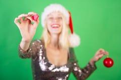 Pi?kno Wzorcowa dziewczyna w Santa kapeluszu na zielonym tle odizolowywaj?cym Sztandar dla teksta Odbitkowy cpase, tekst fotografia stock