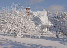 Piękno zima, dom na wsi Zdjęcia Royalty Free