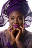 Piękny afrykanina model w tradycyjnej sukni odosobniony Obrazy Royalty Free