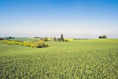 Piękny agrarny krajobraz z gospodarstwem rolnym Obrazy Royalty Free