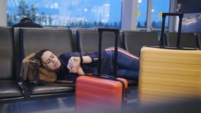 Pi?kny atrakcyjny kobiety dosypianie w lotniskowym terminal D?ugodystansowy zwi?zany lota op??nienie Kobiety dosypianie na zdjęcie wideo