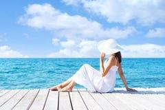 Piękny, atrakcyjny model pozuje w biel sukni na drewnianym pi, Zdjęcie Stock