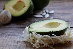 Pi?kny Avocado na Drewnianym tle Poj?cie po?ytecznie jedzenie zdjęcia royalty free