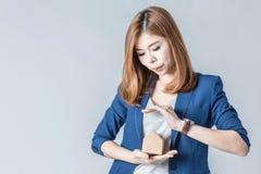 Piękny azjatykci bizneswoman z domu papieru modelem Zdjęcia Royalty Free