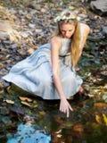 Piękny bajki Princess obsiadanie Wodnym stawem Fotografia Royalty Free