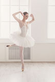 Piękny balerina taniec na pointe, klasyczny balet Zdjęcia Royalty Free